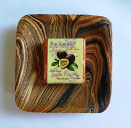 Schitterend zeepbakje met zand beschilderd hout. 12x12  cm. Tezamen met geurend Bali home spa zeepje passion fruit van 50 gram.