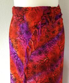 Dubbel batik sarong XL. Uit de Busana Agung collectie en gemaakt met de BingBatik techniek uit Indonesie. 115 x 180 cm. 100% rayon. Wasbaar op 30 graden. Met sarongknoop.
