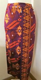 Bali rok, de authentieke en klassieke batik jarik voor de Balinese vrouw. Met elastische taille en diep loopsplit.  Heupwijdte 94 cm taille 82 cm. Ned. maat 36/38  100% katoen.