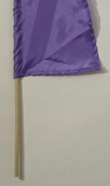 Umbul Umbul vlaggetje lila 56 cm. Umbul Umbul betekent 'staart van de draak'. De vlag wordt in de grote versie van 3 meter ter bescherming gebruikt bij Balinese ceremonies. De onderkant van de vlag vrij moet hangen, om boze geesten te weren.