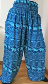 Broek 'Olifant', blauw tinten. Met breed elastiek in taille/ heupband, sierkoordje, opgestikt zijvakje en elastiek in enkels. Ruimvallende pijpen en normale hoogte kruis. 100% rayon. Binnenbeenlengte 80 cm, taille 92 cm. heup 125 cm. Maat 44/46.