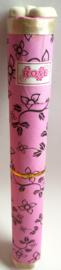 Grote geschenkkoker van 26 cm gevuld met 12 handgemaakte Rose wierookstokjes inclusief houdertje.