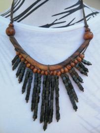 Halsketting. Palisander met  houten kralen. Lengte koord 37 cm. Verstelbaar.