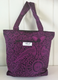 Shoppen in Bali batik style! Shopper 42 x 38 cm. Hoofdvak en voorvak van 16x18 cm  beiden met stevige rits. Verstevigde hengsels en onderzijde. Met binnenvoering. 100% katoen.