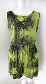 Korte mouwloze jumpsuit 'Schimmenspel'. Met grappige brede strikband op de rug, die over over de bh. band valt. Elastische taille en mooi uitgesneden rug. 100% rayon. maat 36 t/m 40.