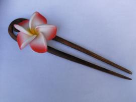 Knot speld. Bali palisander hout met roze/rode frangipani bloem. 19 cm lang.