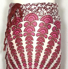 Sarong pauw, choklat/roze tinten/crème. Symbool van onsterfelijkheid.