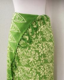 Schitterende batik sarong van zware kwaliteit, groen tinten. Uit Dian's collectie. 115x160 cm met sarongknoop. 100 % rayon.