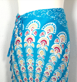 Sarong pauw, azuur blauw/multi. Symbool van onsterfelijkheid.