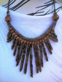 Halsketting. Palisander met  houten kralen bruin. Lengte koord 37 cm. Verstelbaar.