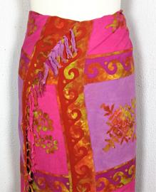 Dubbel batik sarong XL. Uit de Busana Agung collectie en gemaakt met de BingBatik techniek uit Indonesie. 120x 180 cm. 100% rayon. Wasbaar op 30 graden. Met sarongknoop.