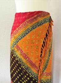 Batik sarong XL. Van extra zware kwaliteit. Uit de Busana Agung collectie en gemaakt met de BingBatik techniek uit Indonesie.  120x 200 cm.  100% rayon. Wasbaar op 30 graden. Met sarongknoop.