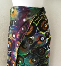 Exclusieve dubbel batik sarong XXL 'Eyes'. Gemaakt volgens de BingTechniek uit Indonesie.Van extra zware kwaliteit. 110x 200 cm, met sarongknoop. 100 % rayon.