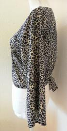 Wikkelvestje Bali Tiger satu. Met sierlijk uitlopend wijd mouwtje. Lengte wikkel 200 cm. 100% rayon