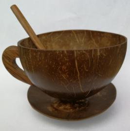 Handgemaakte authentieke kop en schotel met lepeltje . Gemaakt van uitgeholde kokosnoot en rattan (rotan) met een oortje van palmhout.