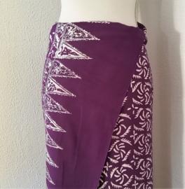 Bali authentieke ceremonie sarong, diep paars/wit. 140 X 110 cm Wasbaar op 30 graden. Met sarongknoop.