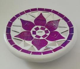 Het beroemde keramische Bali mozaik. Handwerk van stukjes spiegelglas en keramiek. Diameter 11 cm.