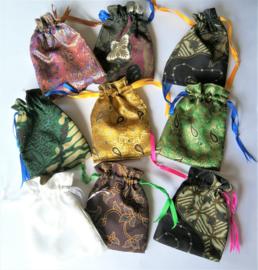 Prachtig bewerkt en gevoerd batik cadeau zakje voor de kleine zeepjes. Afmeting 14,5 x 11 cm. Levering uit assorti. Met aantrekkoordje