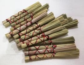 Authentieke offersticks van gedroogd gras. De 'Sasirat' wordt door de Hindu priesters bij ceremonies gebruikt om heilig water uit te sprenkelen. Per stuk.