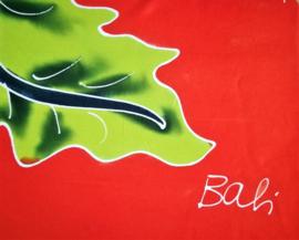 Bali strandlaken met franje, 'Flowers Dua'. 160 X 120 cm, 100 % rayon. Wasbaar op 30 graden. Met bloemetjes sarongknoop.