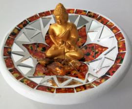 Goudkleurige boeddha. Zittend op een schaaltje gemaakt uit de Tenah Lumpung (3e aardlaag) van Bali. Met carneool kwarts voor extra aarding, activering en vitalisering.