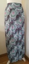Bali rok 'Paisley barok', flamingo. Met halve elastische band en brede voorband. Twee loopsplitten  midden voor. Heupwijdte 100 cm taille 75 cm. Ned. maat 38/40 lengte 99  cm.