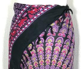 Sarong pauw, zwart/roze/multi. Symbool van onsterfelijkheid.