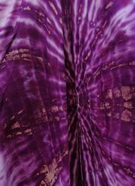 Balinese harembroek tie dye paars met elastische taille, laag vallend kruis en opgestikt zakje. Taille 82 cm, beenlengte 1.04 cm. 100% rayon. Maatbereik 36 t/m 42.