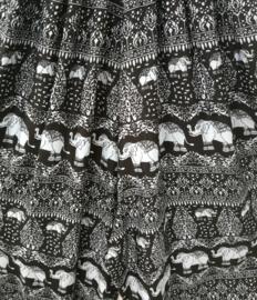 Jumpsuit 'Olifant' lichtgrijs/ zwart. Strapless gesmockt bovenlijfje, wijd uiteenlopende pijpen, elastiek in de enkels. 100% zacht glanzende rayon. Maat 36 t/m 42.