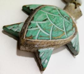 Geboortehangertje schildpad. De schildpad vertegenwoordigt moeder Aarde. De schildpad is oud en wijs en draagt de harmonie van de aarde en het heelal met zich mee.