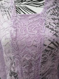 Traditionele Balinese kanten kebaya lila. Ned. maat 38/40. Bovenwijdte tot 92 cm. Taille  tot 88 cm. Lengte mouw 55 cm. 100% elastische kanten rayon.