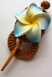 Knot speld. Bali rotan handwerk. Met blauwe frangipani bloem. 13,5 cm lang.