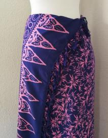 Schitterende batik sarong van zware kwaliteit, nacht blauw/roze. Uit Dian's collectie. 115x160 cm met sarongknoop. 100 % rayon.