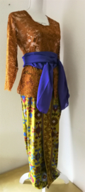 Weergaloos traditionele Balinese set. Kebaya caramel. Bovenwijdte tot 90 cm, taille tot 80 cm.  Authentieke jarik de Balinese sarong/rok, met selendang. 100% rayon. Met elastische taille en diep loopsplit. Jarik behoort strak te zitten. Ned maat 38.