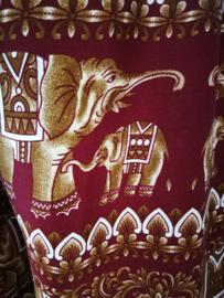 Broek 'happy olifantenfamilie'  Goud/bordeaux. Met breed elastiek in taille/ heupband, sierkoordje aan voorzijde, opgestikt zijvakje en elastiek in enkels. Binnenbeenlengte  76 cm. Heupwijdte tot 1.20 m, taille tot max 90 cm. 100% rayon.