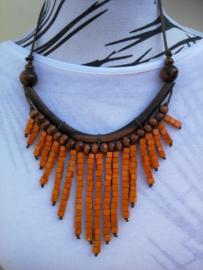 Halsketting. Palisander met  houten kralen oranje. Lengte koord 37 cm. Verstelbaar.