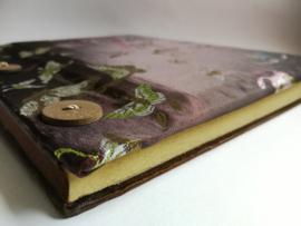 Handgemaakt opschrijfboek dark Choklat. Ongebleekt rijstepapier met schitterende velourse stoffen kaft vol vlinders. met drie kokosknopen. Handgemaakt 20x23x1,5 cm