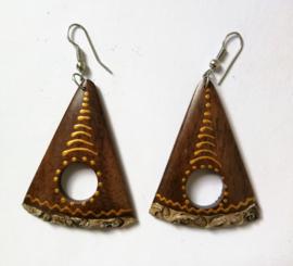 Handgemaakte houten oorbellen, nikkelvrij. Lang 5 cm.