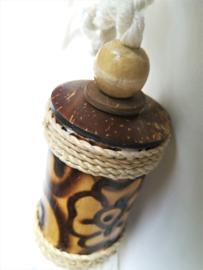 Embrasse van palmhout versierd met een kokosknoopje en  blank houten kraal. Met dik wit sierkoord en kwast. 2 stuks. Lengte koord 30 cm Handmade Bali
