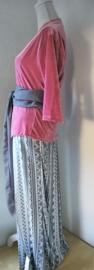 Weergaloos Balinese set. Roze kebaya van zacht velours. Bovenwijdte 94 cm, taille 90 cm. Maxi rok met twee loopsplitten en elastische band achter van 100% rayon. Heup 110 cm taille 82 cm. Lang 99 cm. Met selendang. Maat 40-42.