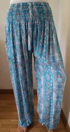 Broek 'Barok batik' zachtblauw. Met breed elastiek in taille/ heupband, sierkoordje aan voorzijde, opgestikt zijvakje en elastiek in enkels.  Binnenbeenlengte 70 cm. Heupwijdte tot 1.20 m, taille tot max 90 cm. 100% rayon.
