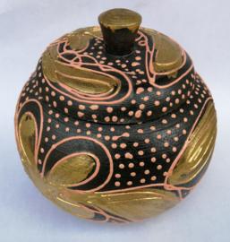 Thee box incl thee. Juweel van Balinees handwerk. Bewerkte kokosnoot, beschilderd met acryl verf. Diameter 16 cm.