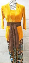 Weergaloos traditionele Bali set Ned. maat 40. Kebaya geel velours. Bovenwijdte 92 cm, taille 84 cm, mouw 40 cm. Bali rok, de jarik met loopsplit. Elastische tailleband. 100% rayon.Selendang choco 240x28 cm.