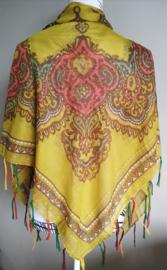 Vierkante omslagdoek kerrie 1.11x 1.11 cm. In prachtig batik motief met gouddraad en vrolijke gekleurde franje. Van voile crepe.