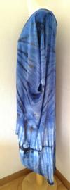 Schitterende oversized tie dye kaftan met unieke print.  Aangeknipte mouw en a-symetrische zoom. Lang model. Bosbesblauw met zwart. Bovenwijdte 168 cm, lengte voor 103 cm, lengte achter 126 cm. 100% rayon.