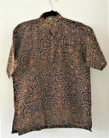 Authentieke Balinese batik blouse met korte mouw en mandarijnen boord. Wordt op de broek gedragen. Met zijsplitjes van 11 cm. Wijdte 114 cm (borst/buik). Lengte 66 cm. Schouderbreedte 50 cm. 100% katoen.  Ned. maat 54.