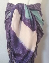 Kleine maat sarong Tie dye pennenstreek paars. 110x140 cm. 100% rayon wasbaar op 30 graden. Met sarongknoop