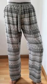Broek batik 'El Shadai' wijde pijp. Met elastiek in taille/ heupband, sierkoordje aan voorzijde en twee steekzakken. Ruimvallende pijpen en normale hoogte kruis. Taille 60 cm, binnenbeenlengte 76 cm  Maat 32-34. 100% zachte rayon.