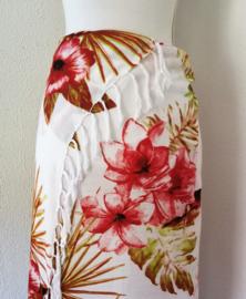 Sarong  Kolibri rood/multi. 115x160 cm, 100% Rayon (kunstzijde) wasbaar op 30 graden. Met sarongknoop.