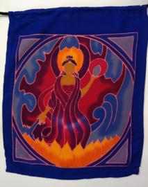 Vlaggenlijn 'meditatie'.  Batik handwerk uit kunstenaarsdorp Ubud. 7 vlaggen van 33x26 cm met 4 afbeeldingen. Lengte inclusief koord  3 meter. 100% rayon